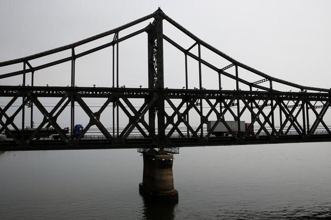 5月23日、中国関税総署が発表したデータによると、4月の北朝鮮からの輸入額は9930万ドルと、1億ドルを割り込み、少なくとも2014年6月以来の低水準となった。写真は中朝国境を結ぶ橋で昨年9月撮影(2017年 ロイター/Thomas Peter)