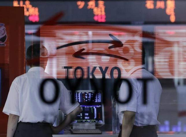 5月23日、東京株式市場で日経平均は3日ぶりの反落となった。米国の政治情勢の不透明感から強含んだ円相場や、英国のコンサート会場における爆発事件が、投資家心理を悪化させた。写真は東京証券取引所で2012年7月撮影(2017年 ロイター/Toru Hanai)