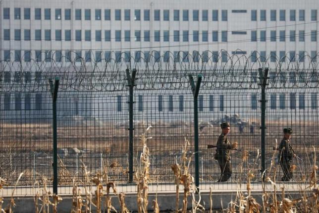 5月23日、韓国軍は国境付近で北朝鮮から飛来した未確認物体に警告射撃を行った。軍当局者がロイターに明らかにした。物体の分析を行っている。写真は北朝鮮の新義州市に近い国境のフェンス。3月撮影(2017年 ロイター/Damir Sagolj)
