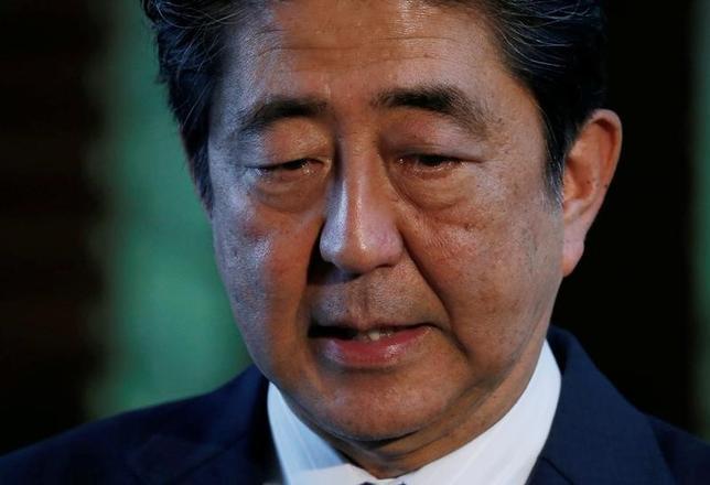 5月23日、安倍晋三首相(写真)は経済財政諮問会議で、「民間議員から革新的な新薬を育てながらそうでない薬の価格を抑制していく仕組みなど、様々な提案があった」と述べた。14日撮影(2017年 ロイター/Toru Hanai)