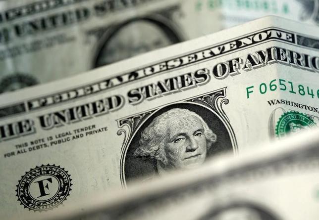 5月23日、終盤のニューヨーク外為市場では、ドルが主要通貨に対して上昇した。写真はドル紙幣、4月撮影(2017年 ロイター/Dado Ruvic)