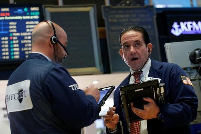 5月23日、米国株式市場は小幅高。写真はNY証券取引所のトレーダー、22日撮影(2017年 ロイター/Brendan McDermid)