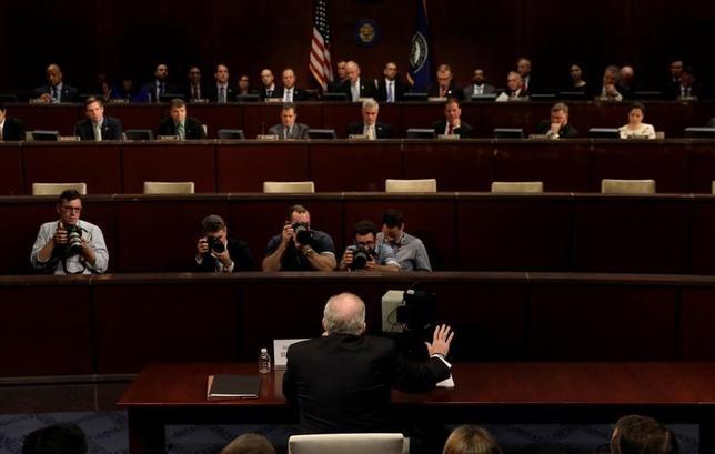 5月23日、米ホワイトハウスは、昨年の米大統領選でトランプ陣営がロシアと共謀した疑惑を巡り議会で行われた一連の公聴会を受け、共謀したという証拠は依然としてないと指摘した。写真中央は下院情報委員会で証言をするブレナン前中央情報局(CIA)長官(2017年 ロイター/Kevin Lamarque)