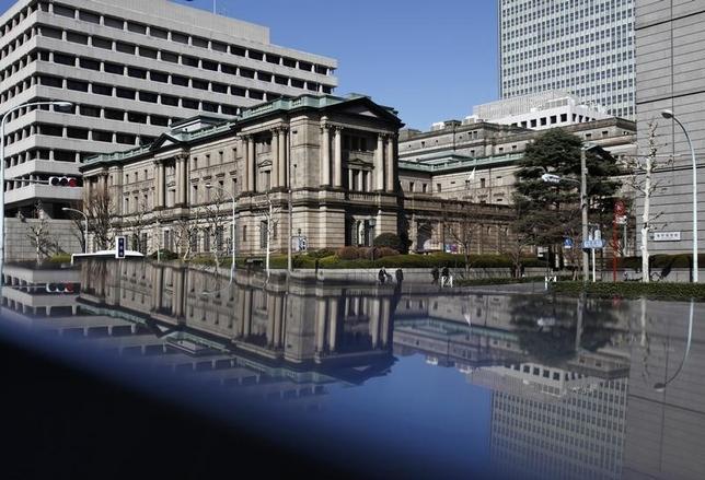 5月24日、参院は本会議で、日銀審議委員に三菱UFJリサーチ&コンサルティング・上席主任研究員の片岡剛士氏(44)と、三菱東京UFJ銀行・取締役の鈴木人司氏(63)を起用する国会同意人事案を、与党などの賛成多数で可決した。写真の日銀本店は2012年3月撮影(2017年 ロイター/Yuriko Nakao)