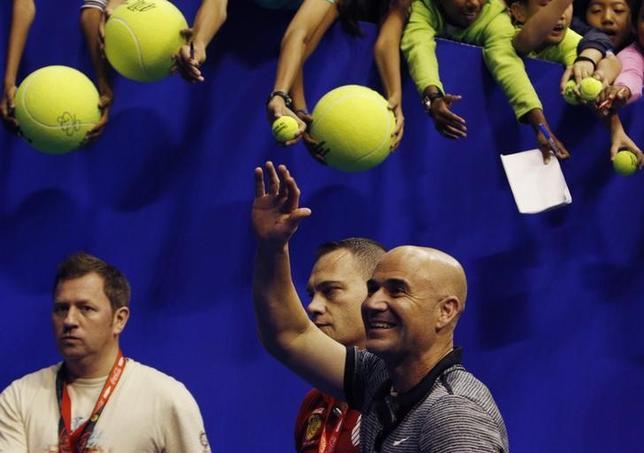 5月23日、男子テニスの元世界ランク1位、ノバク・ジョコビッチが四大大会8度優勝のアンドレ・アガシ氏(写真)をコーチに迎えたことを受け、1988年全仏オープン準優勝のアンリ・ルコント氏は「助けになるだろう」と語った。2014年12月撮影(2017年 ロイター/Edgar Su)