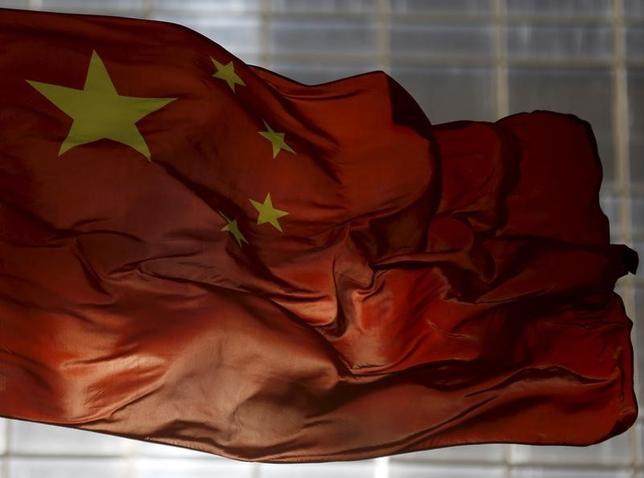 5月23日、格付け大手ムーディーズ・インベスターズ・サービスは中国の自国通貨建てと外貨建て格付けを「AA3」から「A1」へ1段階引き下げた。向こう数年で財政面の健全性が低下するとの見方を反映したとしている。写真は中国国旗。北京で2015年10月撮影(2017年 ロイター/Kim Kyung-Hoon)