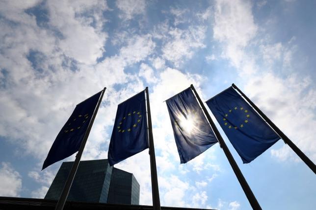 5月24日、欧州中央銀行(ECB)は金融安定報告を発表し、ユーロ圏の金融安定リスクは抑制されているが依然高水準であり、一部の地域では過去半年間にリスクが高まったとの見解を示した。写真はフランクフルトのECB本部。4月撮影(2017年 ロイター/Kai Pfaffenbach)