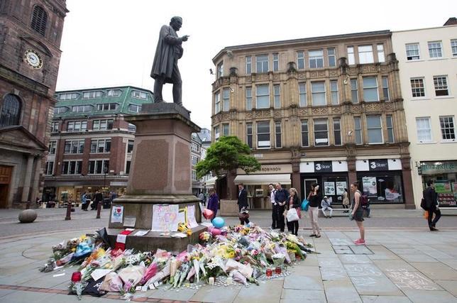 4月24日、英マンチェスターのコンサート会場で22人が死亡した自爆攻撃で、警察当局は事件に関与した容疑で男3人を逮捕したと発表した。写真は事件の犠牲者に捧げられた花束。マンチェスターで撮影(2017年 ロイター/Jon Super)