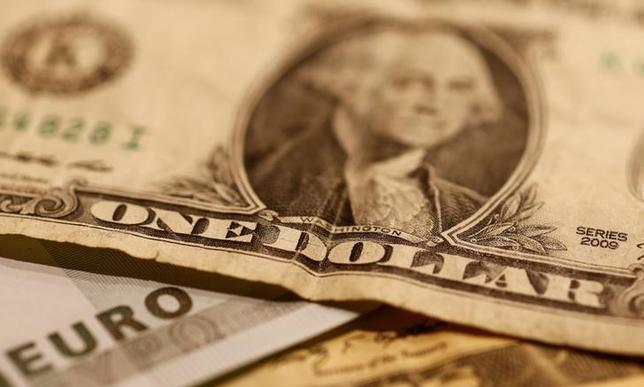 5月24日、終盤のニューヨーク外為市場では、追加利上げにやや慎重な姿勢を示した連邦公開市場委員会(FOMC)議事要旨の発表を受けて、ドルが主要通貨に対し下落した。写真はドルとユーロの紙幣、昨年10月撮影(2017年 ロイター/Leonhard Foeger)