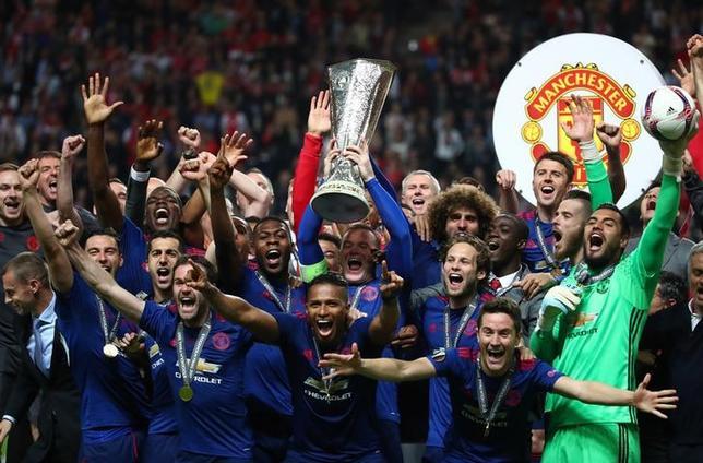5月24日、サッカーの欧州リーグ決勝、マンチェスター・ユナイテッドがアヤックスを2─0で下し、初優勝を飾った。写真は優勝トロフィーを掲げる選手たち(2017年 ロイター)