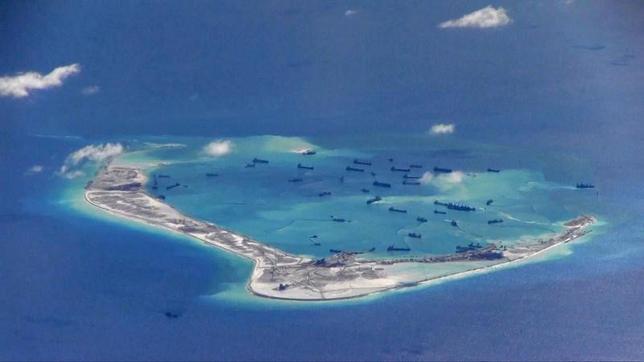 5月24日、米当局者は、米海軍の駆逐艦「デューイ」が、南シナ海で中国が造成した人工島から12カイリ(約22キロ)内で「航行の自由」作戦を展開したと明らかにした。写真は、スプラトリー諸島のミスチーフ環礁。2015年5月、米海軍提供のビデオ映像から(2017年 ロイター/U.S. Navy/Handout via Reuters)