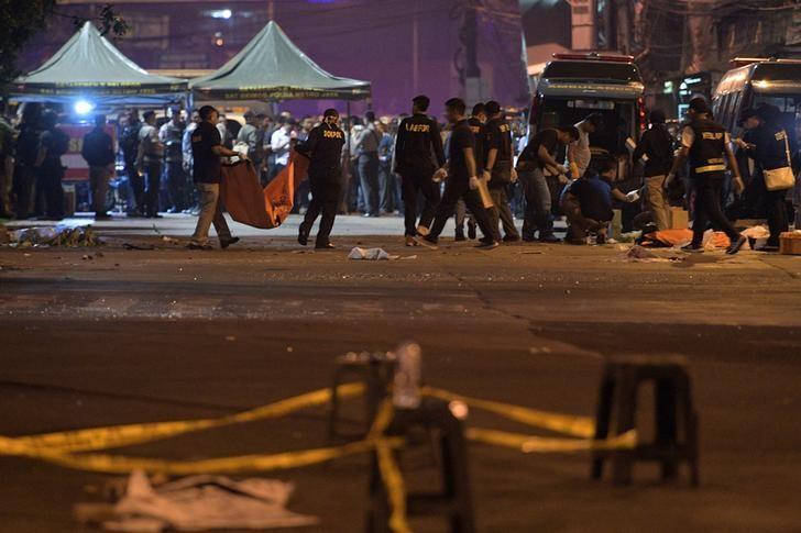 Police investigate the scene of an explosion at a bus station in Kampung Melayu, East Jakarta, Indonesia May 25, 2017 in this photo taken by Antara Foto.  Antara Foto/Sigid Kurniawan/ via REUTERS