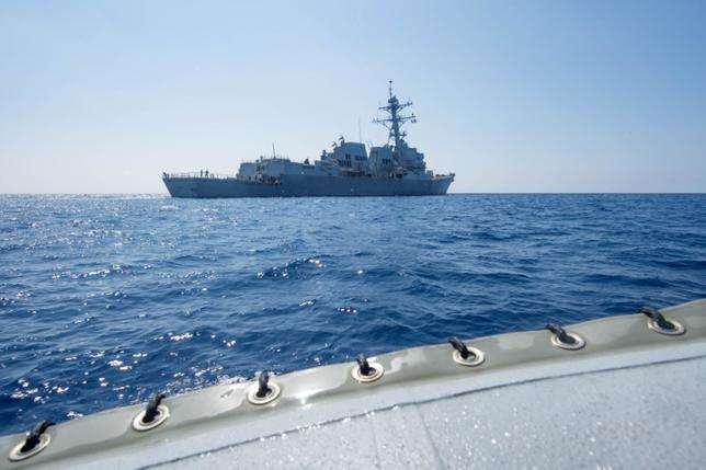 5月25日、中国は、南シナ海で同国が造成した人工島から12カイリ(約22キロ)内を米海軍の駆逐艦が航行したことを受け、同海域の外に出るよう警告したことを明らかにした。写真は米海軍の駆逐艦「デューイ」。南シナ海で6日撮影。(2017年 ロイター/U.S. Navy/Handout via Reuters)