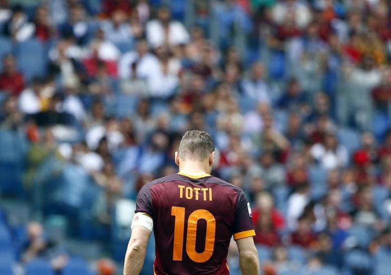 Football Soccer - AS Roma v Chievo Verona - Italian Serie A - Olympic Stadium, Rome, Italy - 08/05/16 AS Roma's Francesco Totti during the match against Chievo Verona.   REUTERS/Tony Gentile - RTX2DC73