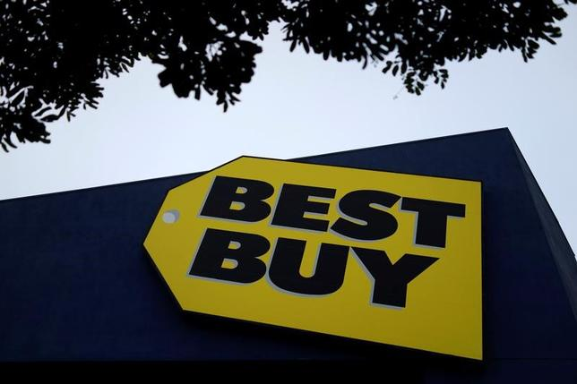 5月25日、シアーズやベスト・バイなど米小売り大手の決算は軒並み堅調で、業績回復期待が高まった。ただ、前日に発表された宝飾大手ティファニーの四半期決算に目を向けると、業界好転の期待は当て外れかもしれないことがわかる。カリフォルニア州のベスト・バイ店舗で3月撮影(2017年 ロイター/Lucy Nicholson)