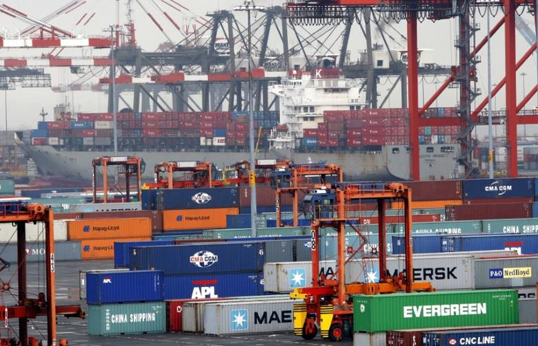 Shipping containers are seen at the Port Newark Container Terminal near New York City July 2, 2009. REUTERS/Mike Segar