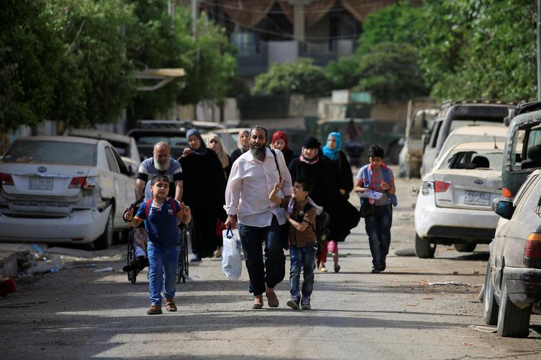 Displaced Iraqi people flee their homes during a battle between Iraqi forces and Islamic State militants in western Mosul, Iraq, May 21, 2017. REUTERS/Alaa Al-Marjani