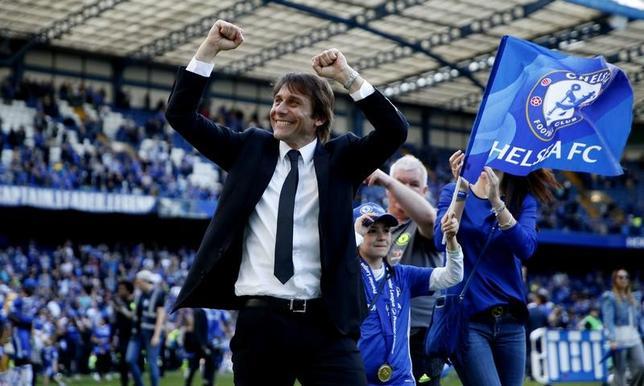 5月26日、サッカーのイングランド・プレミアリーグ、チェルシーのアントニオ・コンテ監督は就任1年目の今シーズン、リーグ優勝を達成。長年にわたり同チームにとどまりたいと述べた。ロンドンで21日撮影(2017年 ロイター)