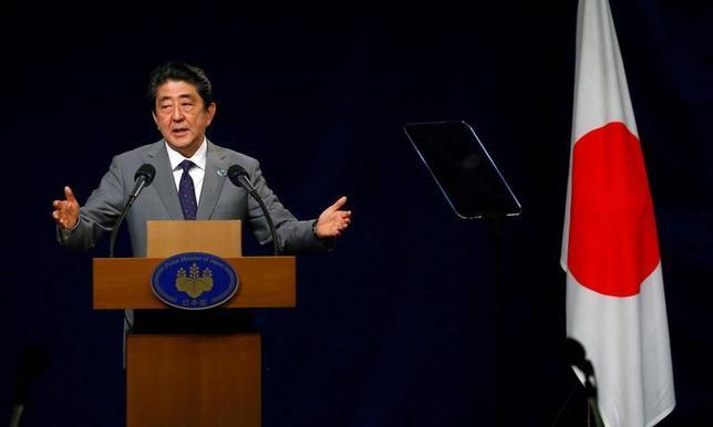 5月27日、安倍晋三首相(写真)は、G7首脳会議のため訪れていたイタリア南部シチリア島タオルミナで記者会見し、北朝鮮問題を巡って模索してきた対話の試みは「時間稼ぎに利用されてしまった」と述べた。(2017年 ロイター/Tony Gentille)