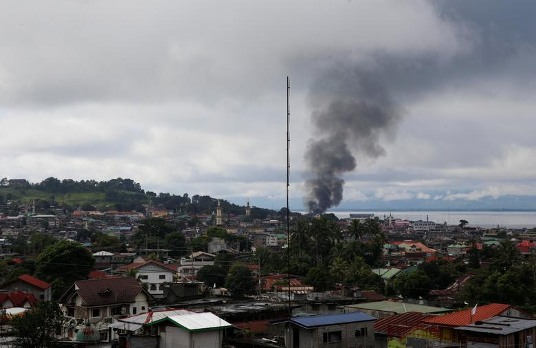 A view of a residential neighbourhood in Marawi City amidst smoke from burning houses due to fighting between government soldiers and the Maute militant group, in southern Philippines May 28, 2017. REUTERS/Erik De Castro