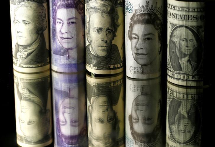 资料图片:2017年4月,美元、欧元和英镑纸币。REUTERS/Dado Ruvic
