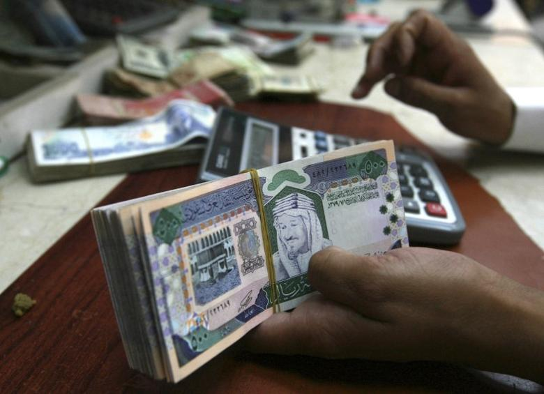 A Saudi money exchanger counts Saudi riyals in Riyadh August 4, 2008.  REUTERS/Fahad Shadeed
