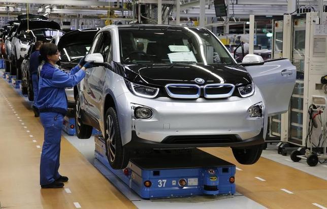 5月28日、ドイツ自動車大手BMWは、イタリアの部品供給元での問題を受けて、同国のライプツィヒにある工場で生産停止を余儀なくされた。ドイツ誌が報じた。写真はライプツィのBMW工場で2013年9月撮影(2017年 ロイター/Fabrizio Bensch)