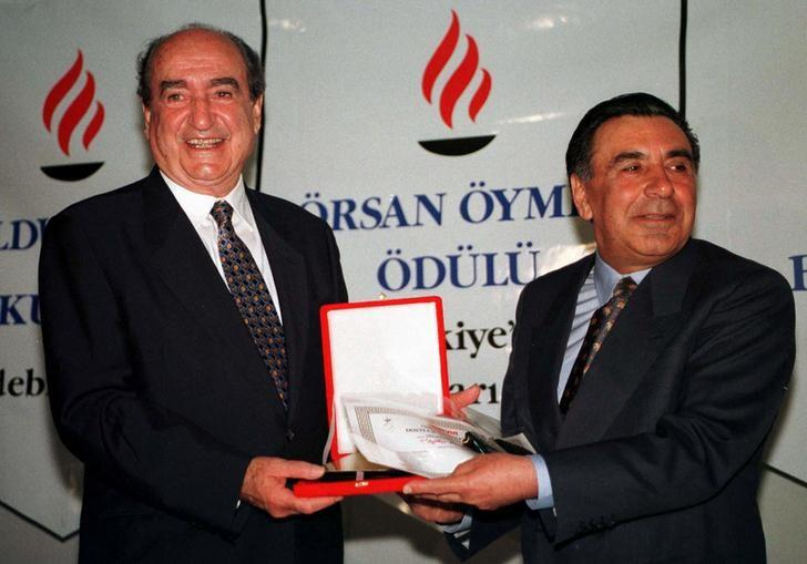 FILE PHOTO - Former Greek Prime Minister Constantine Mitsotakis (L) is presented the Abdi Ipekci Peace and Friendship Award by Turkish daily Milliyet publisher Aydin Dogan (R) June 4, 1997 in Istanbul. REUTERS/Fatih Saribas/File Photo