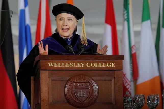 5月26日、昨年の米大統領選で敗北したヒラリー・クリントン元国務長官(写真)は、トランプ大統領の2018年度予算教書について、弱い立場の人にとり「想像を絶するほど残酷だ」と批判した。マサチューセッツ州のウェルズリー大学で撮影(2017年 ロイター/Brian Snyder)