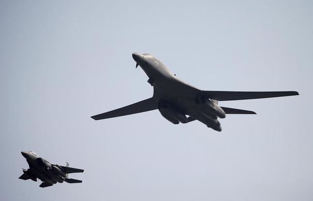 5月29日、航空自衛隊は、新田原基地(宮崎県)所属のF15戦闘機2機と、グアムから飛来した米空軍のB-1B爆撃機2機が九州周辺で共同訓練を行ったと発表した。写真は米空軍のB-1B爆撃機。2016年9月撮影(2017年 ロイター/Kim Hong-Ji/File photo)