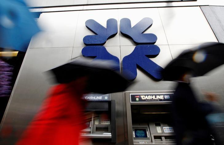 Morning commuters walk past a branch of the Royal Bank of Scotland (RBS) in London, Britain, November 4, 2011. REUTERS/Andrew Winning/Files