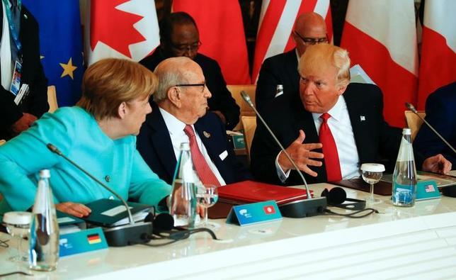 5月29日、メルケル独首相(写真左)は同盟国としての米国の信頼性を巡り、あらためて懐疑的な見方を示した。ただ、自身は完全な大西洋主義者とも語り、物議を醸した前日の率直な発言をやや軌道修正した。27日撮影(2017年 ロイター/Jonathan Ernst)