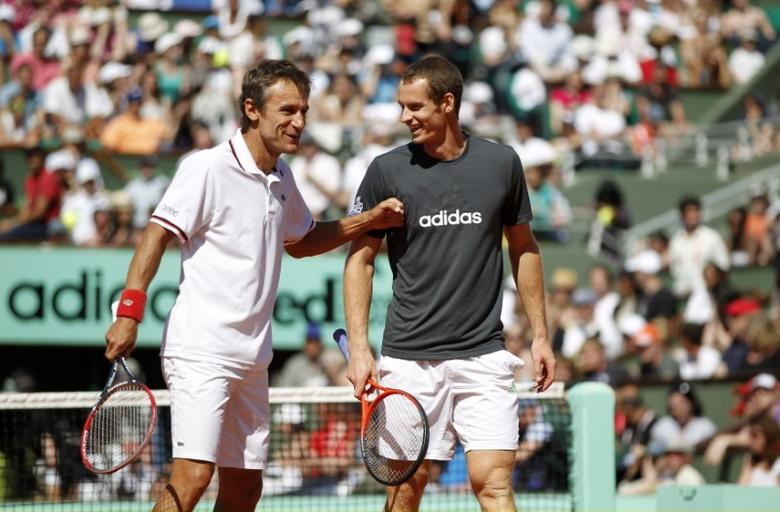 Mats Wilander of Sweden (L) and Andy Murray of Britain joke during an exhibition match held a day before the start of the French Open tennis tournament at the Roland Garros stadium in Paris May 26, 2012. REUTERS/Nir Elias