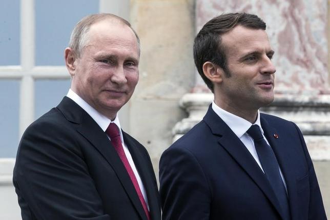 5月29日、フランスのマクロン大統領(右)は、フランスを訪問中のロシアのプーチン大統領(左)と会談後、ウクライナ問題の打開に向けた4者協議を再開する必要性について認識が一致したと表明した。パリ近郊で代表撮影(2017年 ロイター)