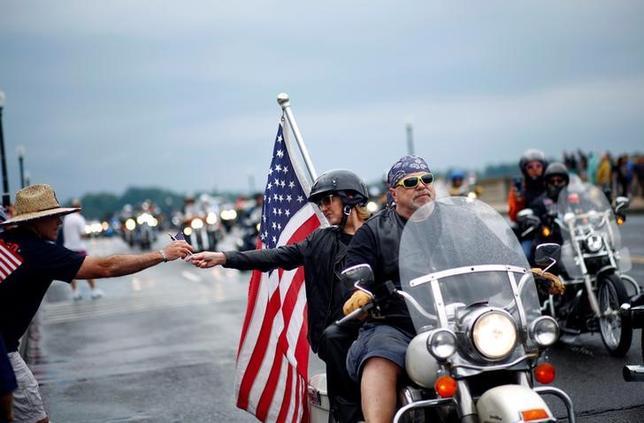 5月28日、毎年恒例のバイクイベント「ローリング・サンダー」が米国の首都ワシントンD.C.で28日開催され、戦没者追悼のため数千人のライダーが参加してバイクのパレードが行われた(2017年 ロイター/Eric Thayer)