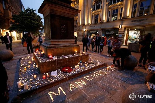 5月29日、英情報局保安部(MI5)が、マンチェスターで起きた自爆事件のサルマン・アベディ容疑者に関する情報の処理方法について、内部調査を開始した。写真は29日、マンチェスターで犠牲者を追悼する人々(2017年 ロイター/Andrew Yates)