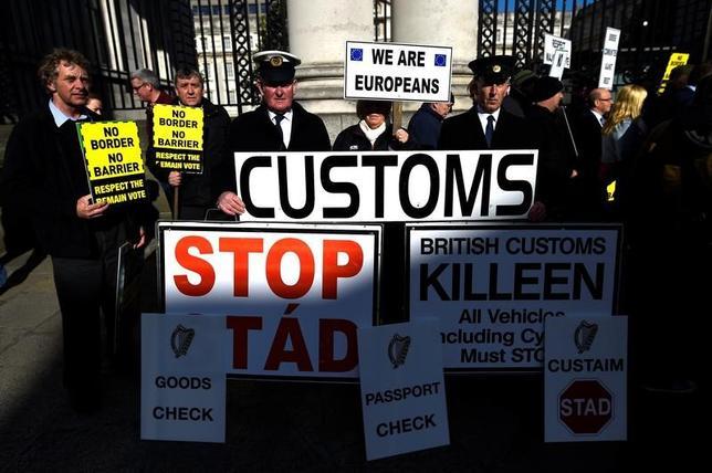 5月29日、英国の欧州連合(EU)離脱を撤回できるか司法に判断を仰ごうと活動してきた運動家らが、アイルランド高裁に持ち込んだ訴訟の継続を断念したことが29日分かった。写真は4月、ダブリンでEU離脱に抗議する市民ら(2017年 ロイター/Clodagh Kilcoyne)