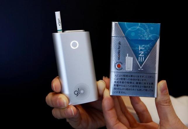 5月30日、ブリティッシュ・アメリカン・タバコ(BAT)は、加熱式たばこ「glo(グロー)」(写真左)の販売地域を、7月3日から東京都、大阪府、宮城県全域に拡大すると発表した。都内で昨年11月撮影(2017年 ロイター/Kim Kyung-Hoon)