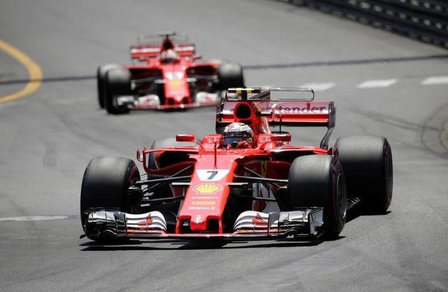 5月29日、自動車レースF1、メルセデスのトト・ウォルフ代表は、今季の総合優勝争いでフェラーリに遅れを取っていることを認めた。写真はフェラーリのマシン。モンテカルロで28日撮影(2017年 ロイター/Max Rossi)