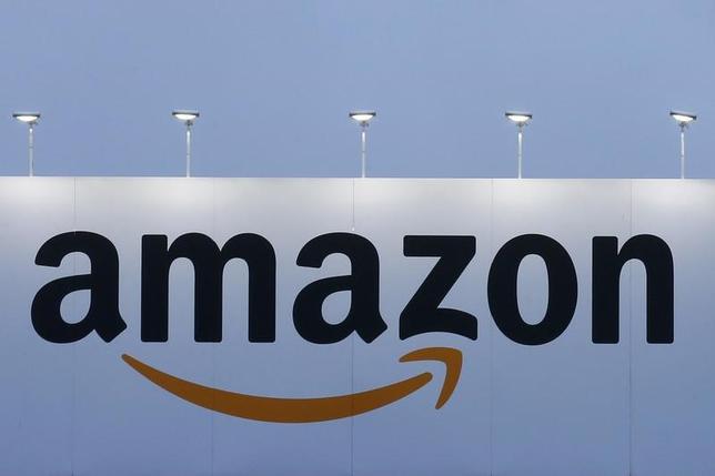 5月30日、米株式市場で、米オンライン小売り大手アマゾン・ドット・コムの株価が一時1001.20ドルに上昇し、1000ドルの大台を突破した。フランスで2月撮影(2017年 ロイター/Pascal Rossignol)