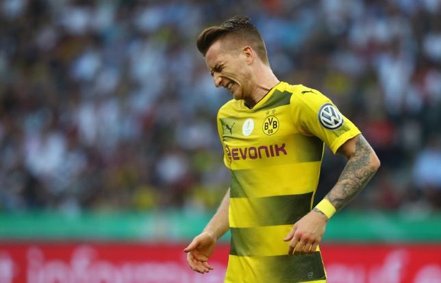 5月30日、サッカーのドイツ1部ブンデスリーガ、ドルトムント所属のマルコ・ロイスが右ひざ靭帯の部分断裂により数カ月離脱することが発表された。27日撮影(2017年 ロイター)