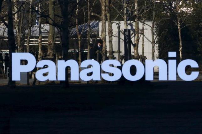 5月31日、パナソニックで住宅や介護事業を手掛ける社内カンパニー、エコソリューションズ社の北野亮社長(パナソニック専務)は、現在、業界7位の新築戸建着工戸数を3位に引き上げることに意欲を示した。写真はパナソニックのロゴ、都内で昨年2月撮影(2017年 ロイター/Yuya Shino)