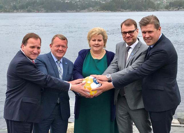 5月30日、北欧5カ国の首脳が、全員で1個のサッカーボールをしっかり握っている写真をネットに投稿した。これは、先週ネット上で話題を集めたトランプ米大統領、サウジアラビアのサルマン国王、エジプトのシシ大統領が輝く球体に手をかざす、リヤドでの写真に対抗したもの。提供写真(2017年 ロイター/Prime Minister's Office)