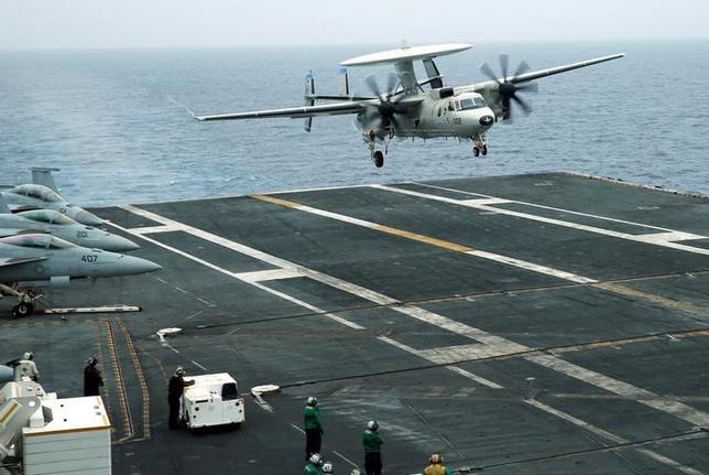 5月30日、海軍当局者や外交筋によると、インドは軍事演習の拡大に反対してきた中国に配慮し、日米印の共同軍事演習への参加を打診したオーストラリアの要請を拒否したという。写真は2016年、沖縄での日米印の軍事演習(2017年 ロイター/Nobuhiro Kubo)