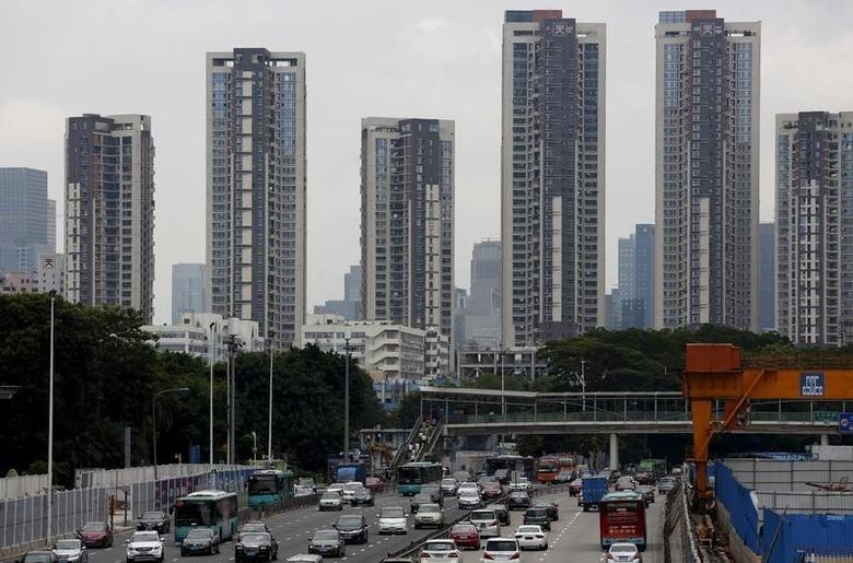 资料图片:2015年8月,深圳市内的公寓楼。REUTERS/Bobby Yip