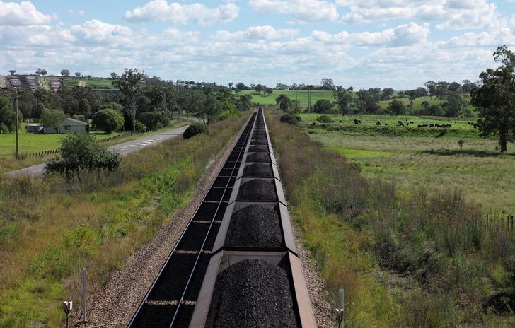 资料图片:2017年4月,穿过澳洲悉尼北部Muswellbrook乡间的一列运煤货车。REUTERS/Jason Reed