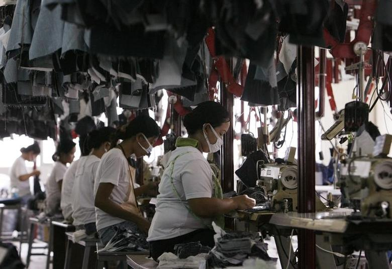 FILE PHOTO: Workers make denim jeans for export at a garment factory in Manila June 17, 2008.  REUTERS/Romeo Ranoco  (PHILIPPINES)