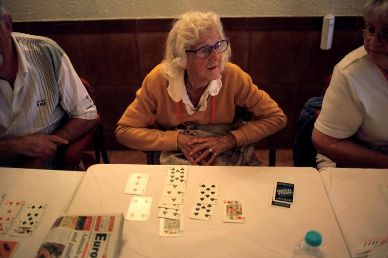 British retirees play bingo as they gather for a coffee morning organised by a charity at a bar in Fuengirola, near Malaga, southern Spain, November 17, 2016. Picture taken November 17, 2016. To match Insight BRITAIN-EU/SPAIN REUTERS/Jon Nazca