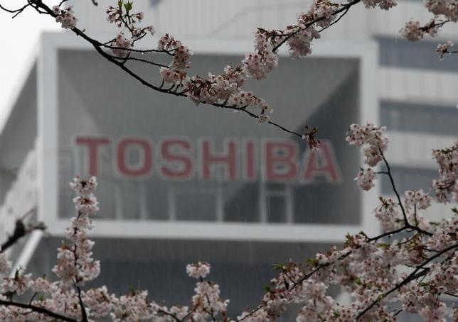 6月1日、東芝が米WDとの合弁会社から、生産設備関連の資産を東芝本体に移管したことが明らかになった。写真は都内で4月撮影(2017年 ロイター/Toru Hanai)