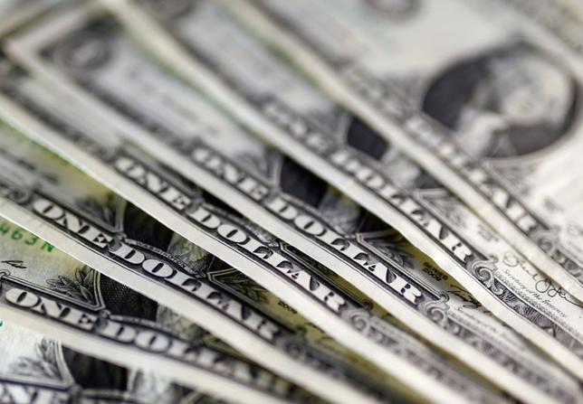 5月31日、ニューヨーク外為市場では、ドルが円に対して一時、2週間ぶりの安値に下落。ドルはユーロに対しては過去1週間強で最低の水準となった。2016年11月撮影(2017年 ロイター/Dado Ruvic)